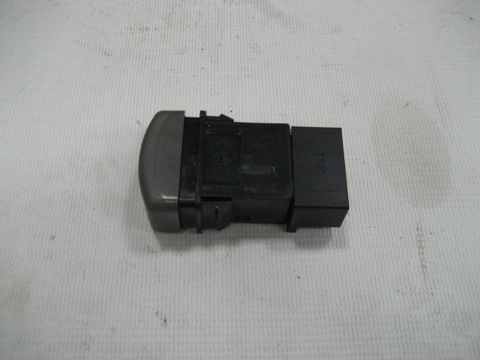 Выключатель (кнопка) ПТФ передних Isuzu NQR71.
