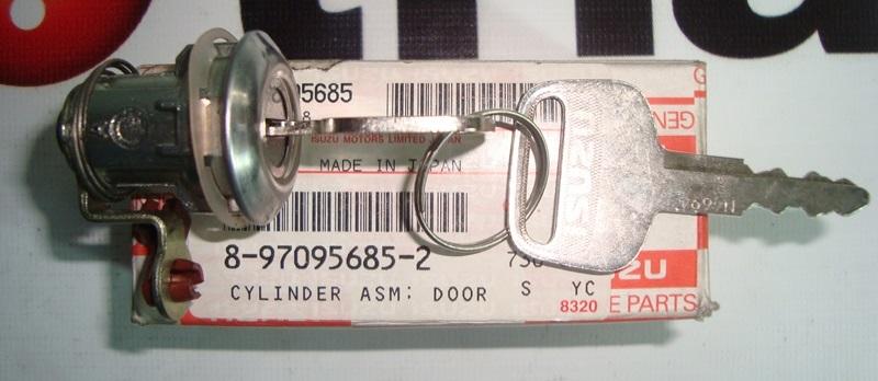 Личинка замка двери с ключом левая ISUZU NQR75/NQR71.